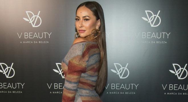 Sabrina Sato usa vestido ousado e bota com polaina de R$ 9 mil