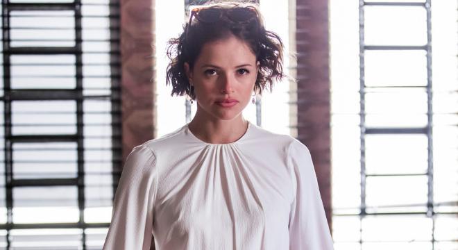 Jô (Agatha Moreira) aposta em vestido branco de R$ 239