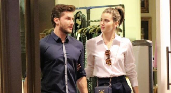 Camila Queiroz cria look estiloso com peças curingas