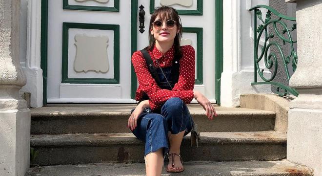 Isabelle Drummond usa jardineira de R$ 1.198 e camisa de poá