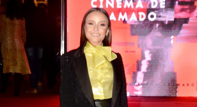 """Larissa Manoela usa """"look adulto"""" com blazer de R$ 2,3 mil"""