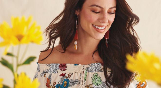 Paolla estrela campanha de verão com flores e listras