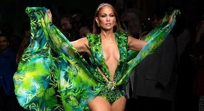 J.Lo fecha desfile da Versace com vestido icônico de 2000
