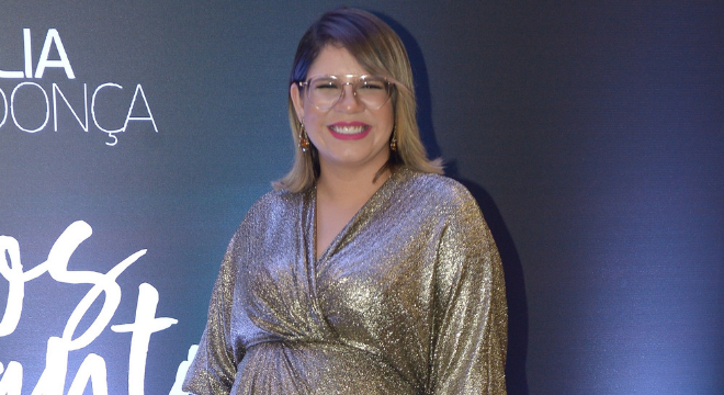 Grávida, Marília Mendonça alia conforto e brilho com estilo