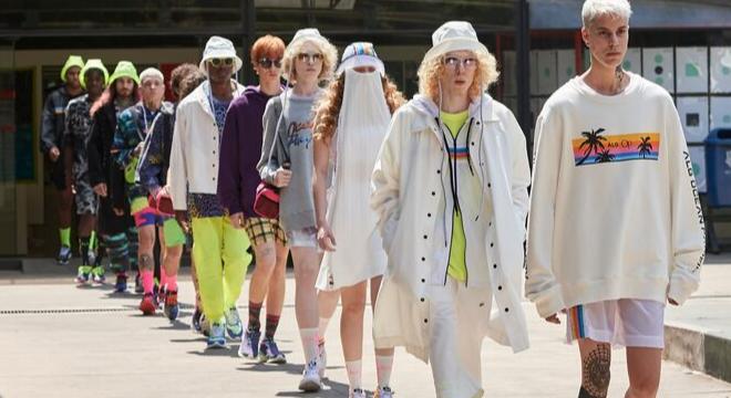 Desfile: Herchcovitch surfa nos anos 80 com streetwear colorido