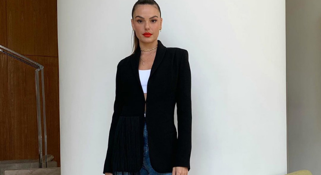 Isis Valverde ensina a vestir calça jeans com peças formais