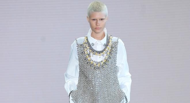 Camisa branca com colete de metal de Vicgor Hugo Mattos (Foto: Francisco Cepeda)