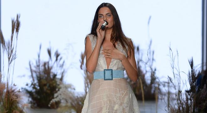 """Barbara Fialho, o """"corpo"""" da Victoria's Secret, canta no SPFW"""
