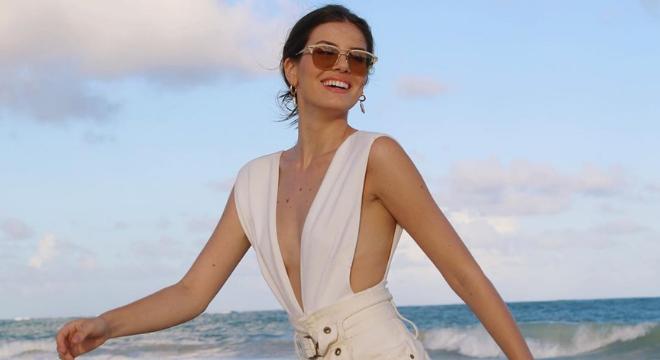 Camila Queiroz aposta em body decotado e shorts de R$ 399