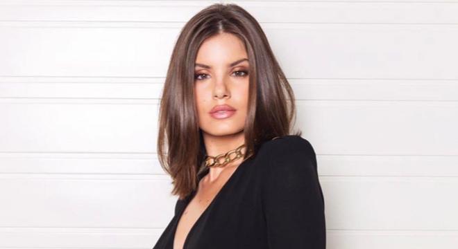 Camila Queiroz prova a elegância dos looks monocromáticos