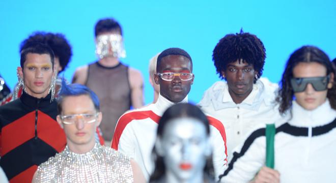 SPFW: jovens talentos inovam com látex, sacolas e plástico