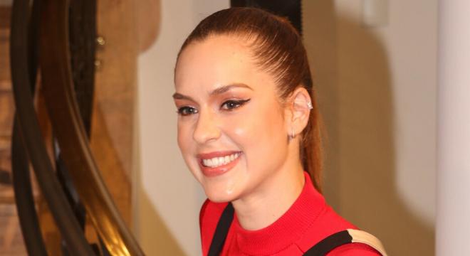 Sophia Abrahão aposta em sobreposição de vestido com blusa