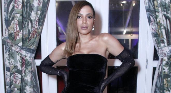 Mulher do Ano: luvas viram protagonistas em look de Anitta