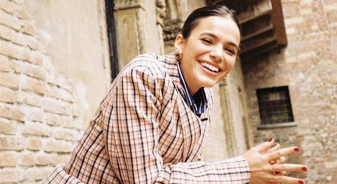 """Bruna veste xadrez e listra em passeio para """"sorte no amor"""""""