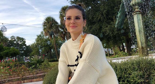Camila Queiroz exibe pochete de R$ 7,4 mil e 'tênis feio'