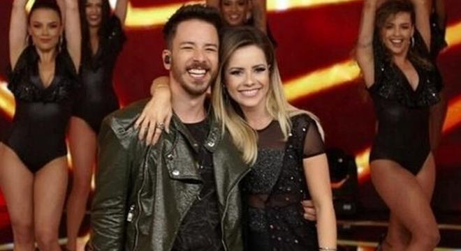 Sandy veste maxicolete de R$3 mil em apresentação com Junior