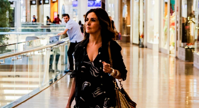 Fátima Bernardes faz compras com look que disfarça quadril