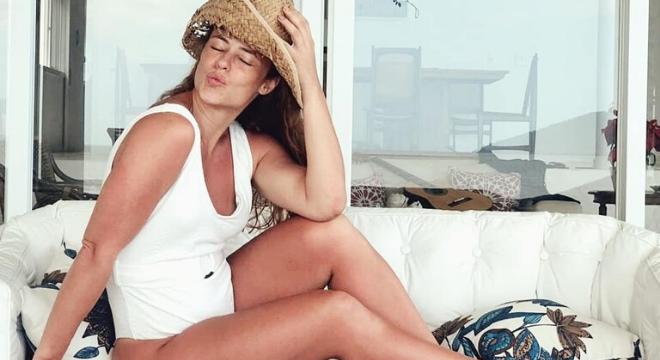 Paolla Oliveira usa maiô branco com numeração até plus size