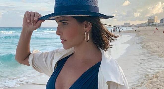 Aprenda com 5 famosas a vestir saídas de praia com estilo