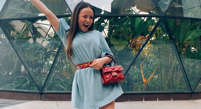 Larissa Manoela ensina a compor 5 looks de verão com tênis