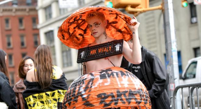 Semana de moda de NY: street style enfrenta chuva com ousadia