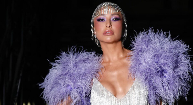 Carnaval: Sabrina Sato sensualiza com body cavado até a cintura