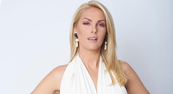 """Ana Hickmann ousa na sombra vermelha em estreia de """"Hair"""""""