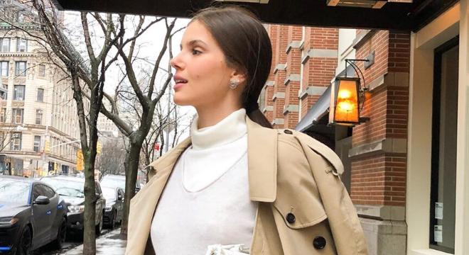 Camila Queiroz veste trench-coat de R$ 17 mil em Nova York