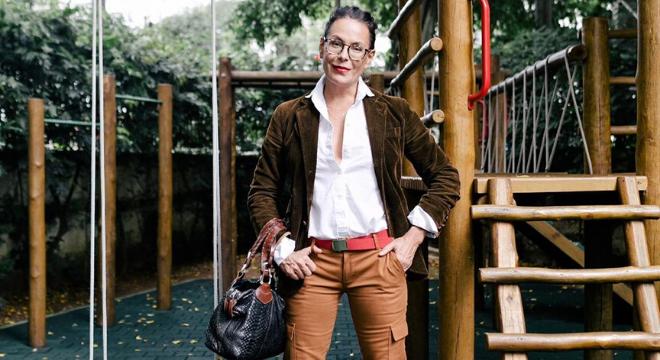 Carolina Ferraz ensina a vestir tons terrosos com estilo
