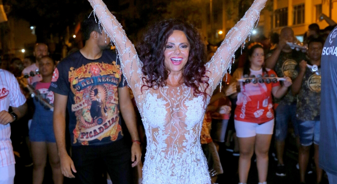 Vote nos looks fashion das famosas nos ensaios de Carnaval