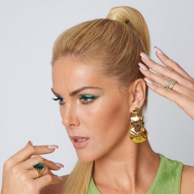 Hair: Ana Hickmann adota look verde e unhas com ponta laranja