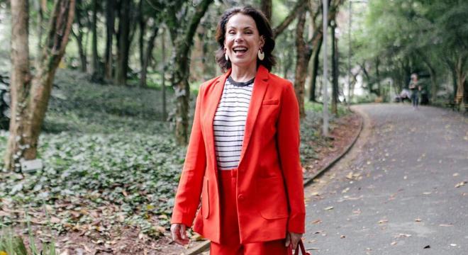 Navy: Carolina Ferraz acerta com vermelho e listras