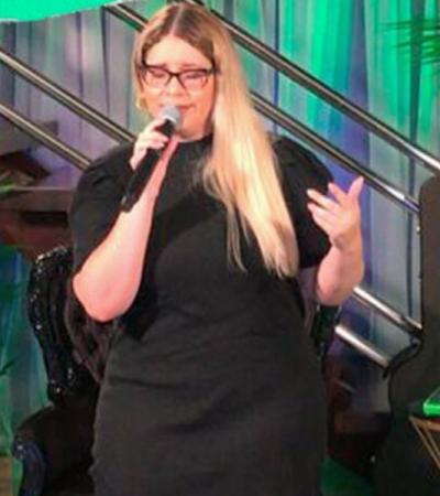 Live: Marília Mendonça usa chinelo e pretinho básico de R$ 80