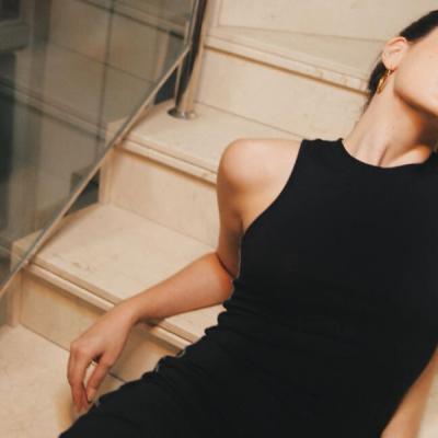 Camila Queiroz combina vestido comfy com tênis de R$ 179,99