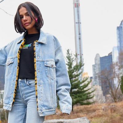 Bruna Marquezine usa jeans e tênis coloridão de R$ 400