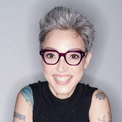 Aos 50, Cris Guerra fala sobre grisalhos, envelhecimento e moda