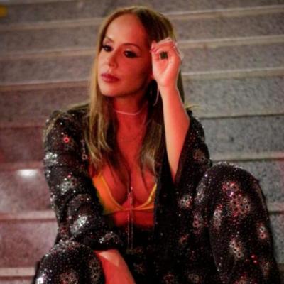 Carla Cristina, de Xibom Bombom, aposta no brilho em novo clipe