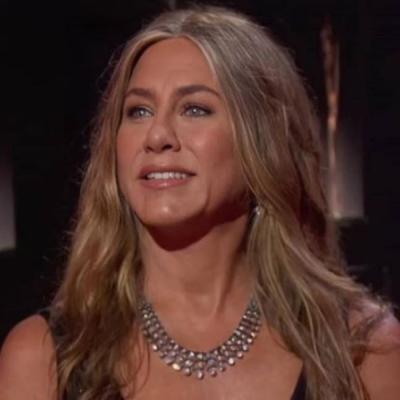 Pretinho de Jennifer Aniston e pijamas marcam looks do Emmy