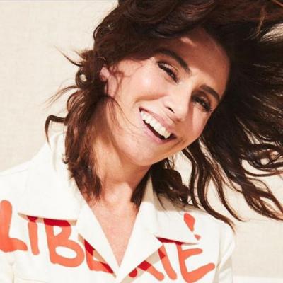 Giovanna Antonelli inspira liberdade com jaqueta de R$ 389