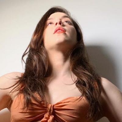 Sophia Abrahão aposta em tom sobre tom com calça de R$ 310
