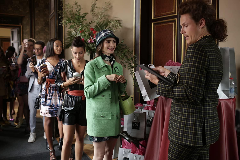 """""""Emily em Paris"""": chapéu bucket e casaco Chanel (Foto: Reprodução/IMDB)"""