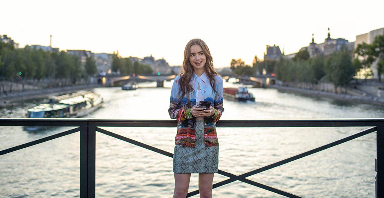"""""""Emily em Paris"""" com camisa estampa da marca Alice + Olivia (Foto: Reprodução/IMDB)"""