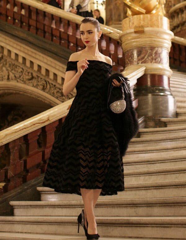 Emily com vestido Christian Siriano: referência a Audrey Hepburn (Fotos: Reprodução)