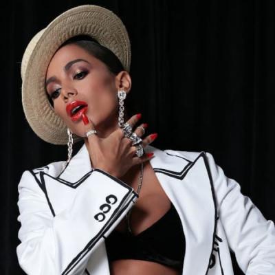 """Grammy: Anitta veste blazer """"desenhado a lápis"""" de R$ 14 mil"""