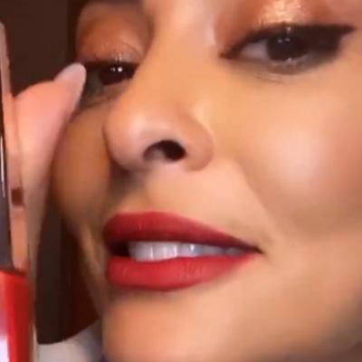 Juliana Paes destaca lábios com batom vermelho de R$ 159 da Rihanna
