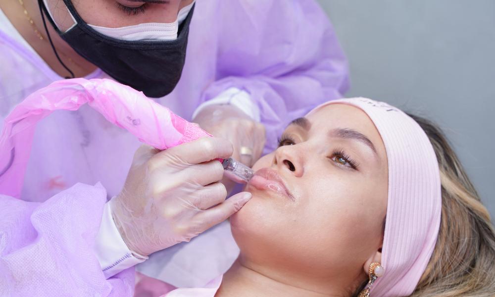 Sarah faz tratamento estético pós-BBB21 (Foto: Grupo Natalia Beauty/Divulgação)
