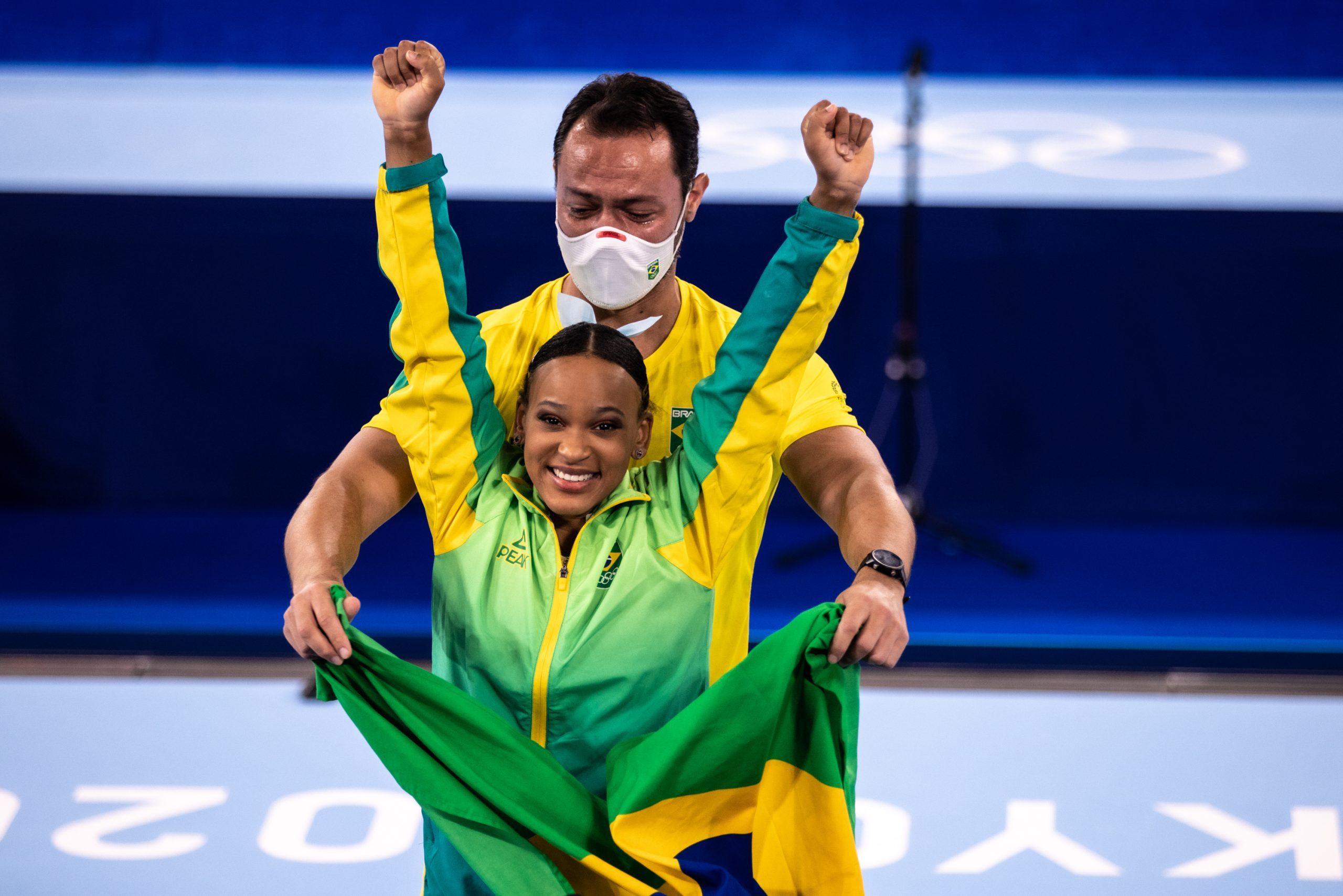 Rebeca e o técnico Chico (Foto: Míriam Jeske/COB/Divulgação)